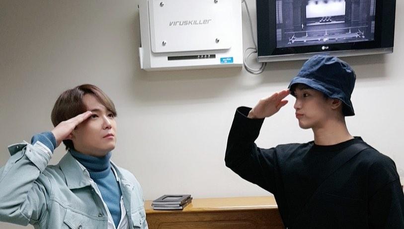 Lee Hong Ki 'salutes' bowling buddy and hallyu idol-actor Kim Soo Hyun in a photo taken backstage of his musical
