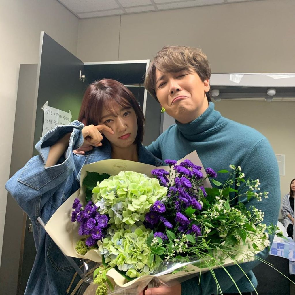Park Shin Hye and Lee Hong Ki pose for a 'sad' photo with the giant hydrangea bouquet the actress bought to congratulate Lee on his musical.