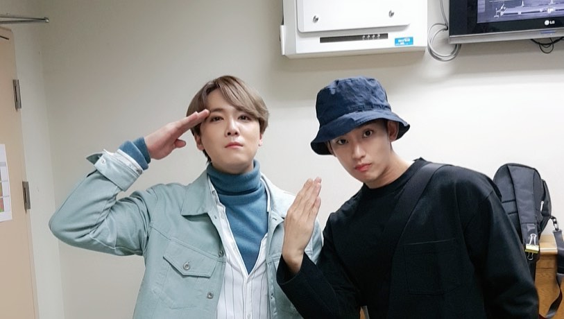 Lee Hong Ki poses for a cheeky photo with bowling buddy and hallyu idol-actor Kim Soo Hyun in a photo taken backstage of his musical