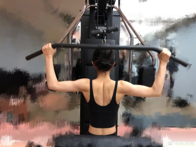 Zhao Liying shows off toned back muscles